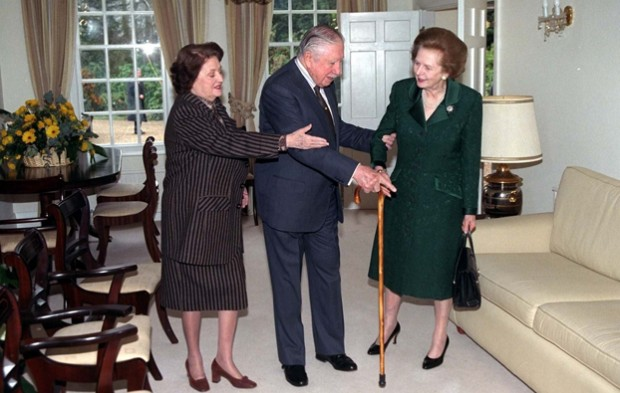Marzo 1999: Thatcher visita Pinochet a Wentworth, nel Regno Unito, dove l'ex dittatore era agli arresti domiciliari.