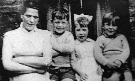 Jean McConville (a sinistra) con tre dei suoi dieci figli