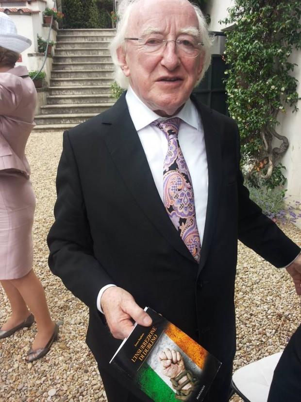 Il presidente della Repubblica d'Irlanda, Michael D. Higgins, con la prima copia del libro