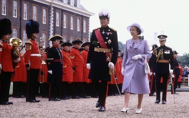 NELLA FOTO: Il generale Robert Ford con la regina Elisabetta, nel 1982